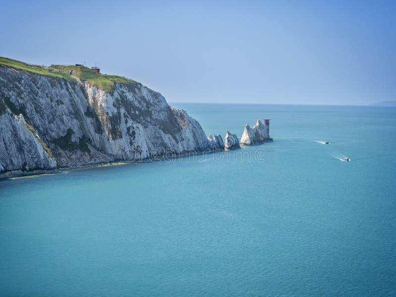 A formação de rocha das agulhas na ilha do Wight Inglaterra Reino Unido imagens de stock royalty free