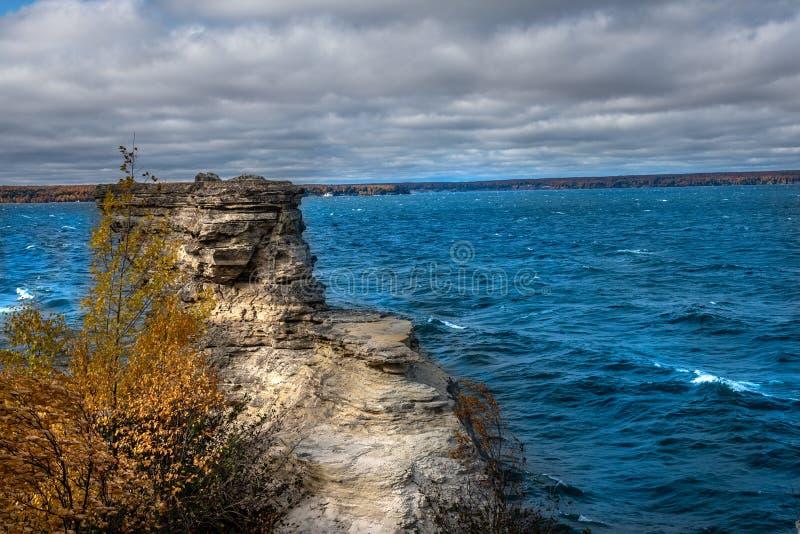 Formação de rocha do castelo do mineiro que negligencia o Lago Superior na costa nacional representada do lago rocks na península fotografia de stock royalty free