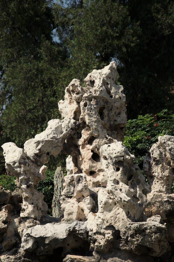 Formação de rocha ensolarado em um jardim ornamental do jardim fotos de stock