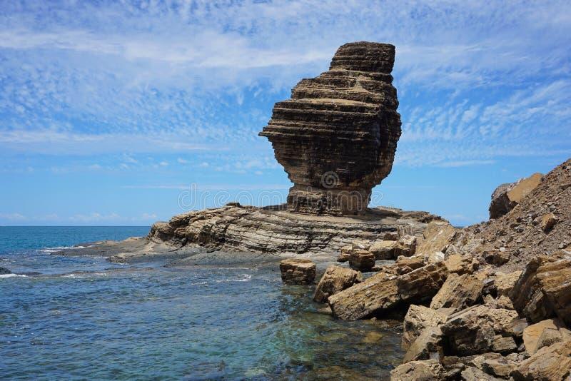 Formação de rocha na costa de mar Nova Caledônia imagens de stock royalty free