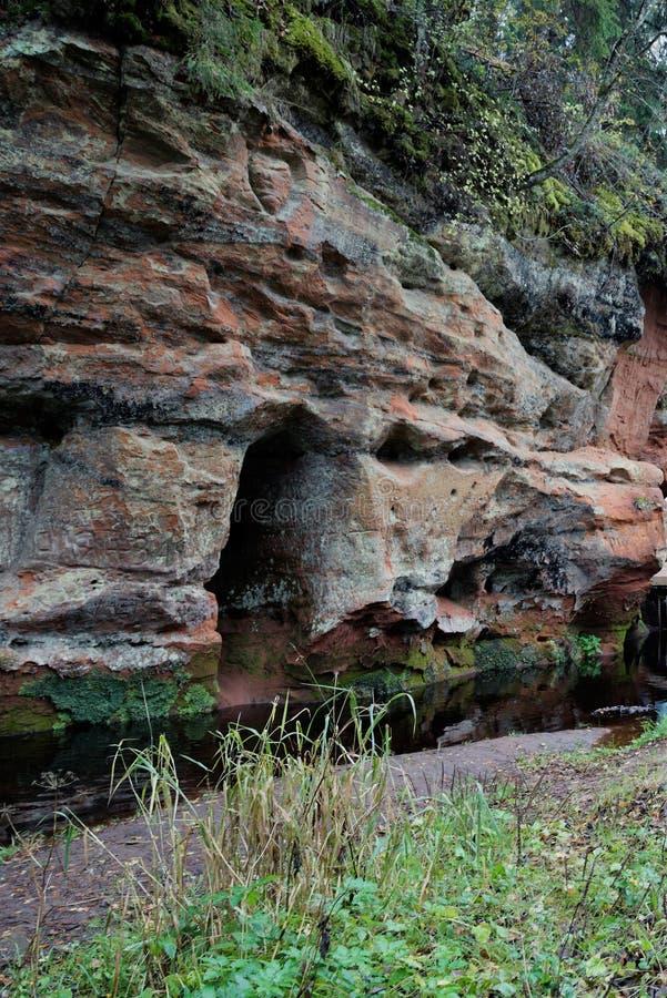 Formação de rocha pitoresca na floresta perto de St Petersburg foto de stock