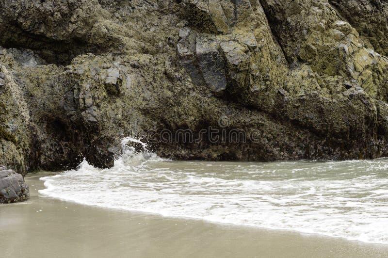 Formação de rocha serpentina na angra de Kyance em Cornualha foto de stock