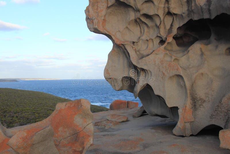 Formação de rochas surpreendente na costa foto de stock