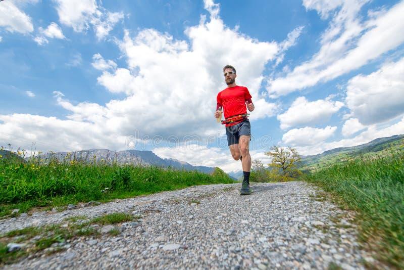 Formação de um corredor de maratona da montanha na estrada secundária fotografia de stock royalty free