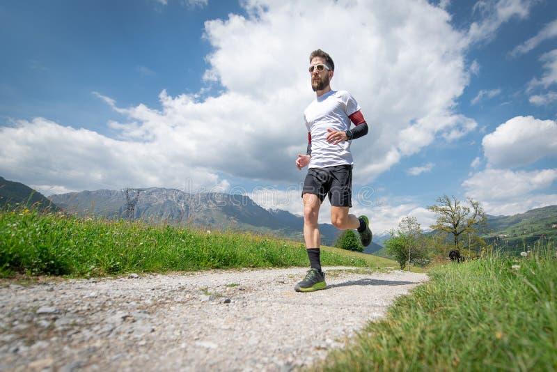 Formação de um corredor de maratona da montanha na estrada secundária imagem de stock