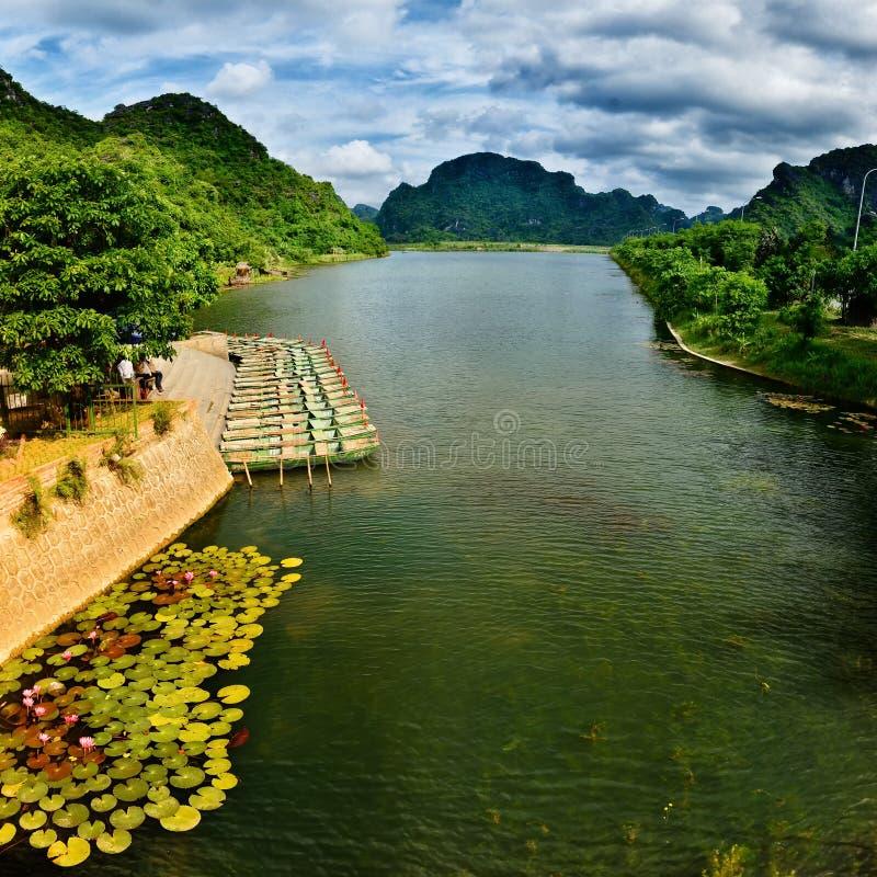 Formação dos barcos no Trang um cais fotografia de stock