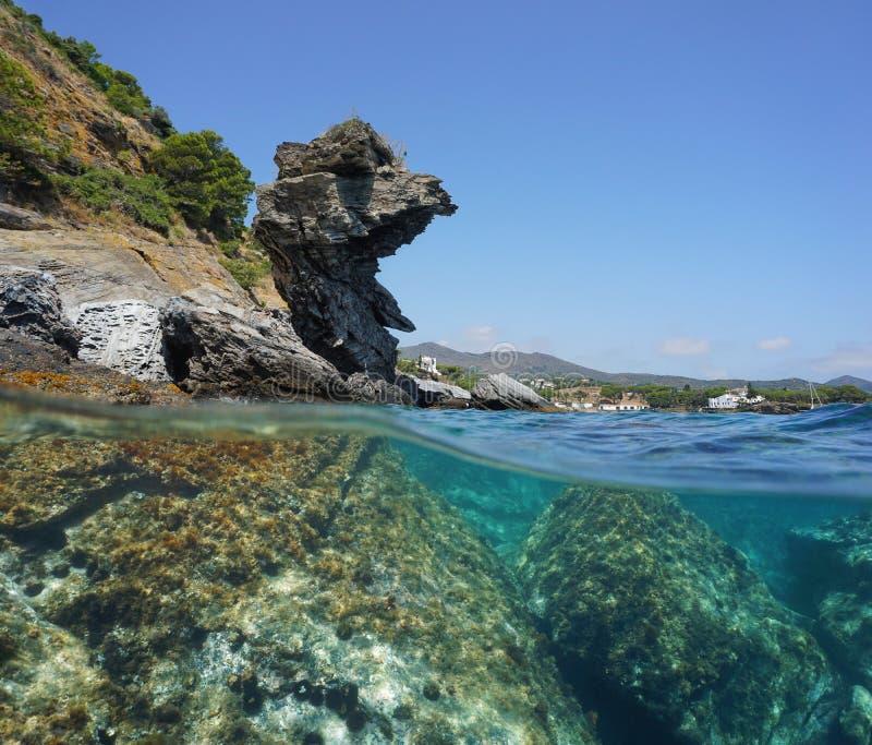 Formação e rochas de rocha do litoral da Espanha subaquáticas fotos de stock royalty free