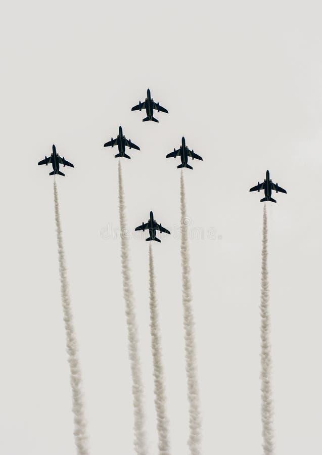 Formação japonesa dos aviões de combate em voo para brocas militares fotografia de stock
