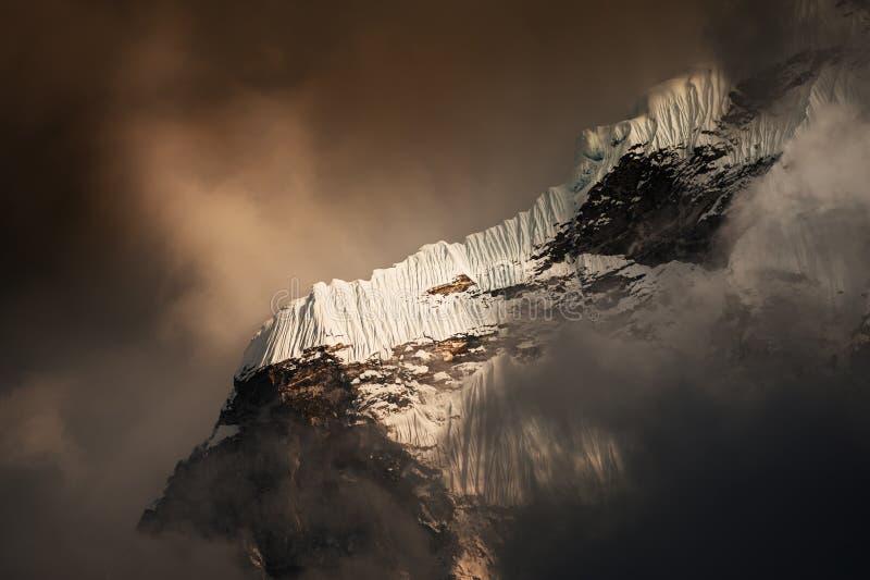 Formação na montanha, Himalayas da neve, Nepal imagens de stock