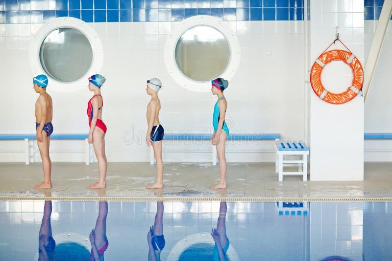 Formação para a lição nadadora foto de stock