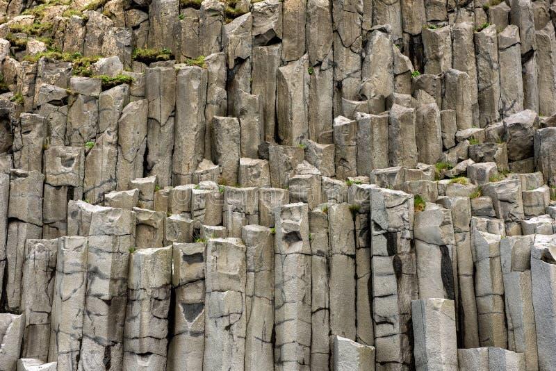 Formação preta da coluna do basalto em Islândia fotos de stock royalty free