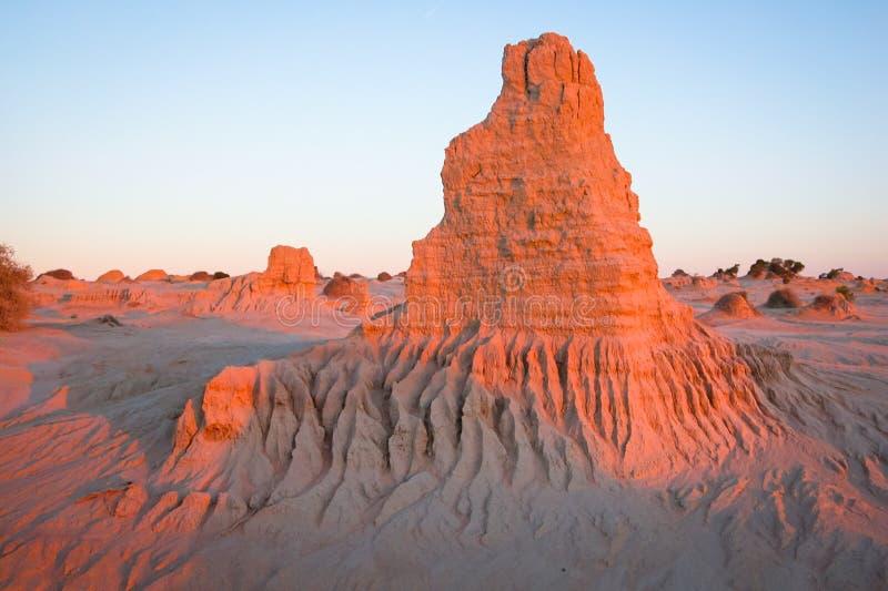 Formações da erosão no rosa do fulgor do Mungo do lago no por do sol foto de stock royalty free