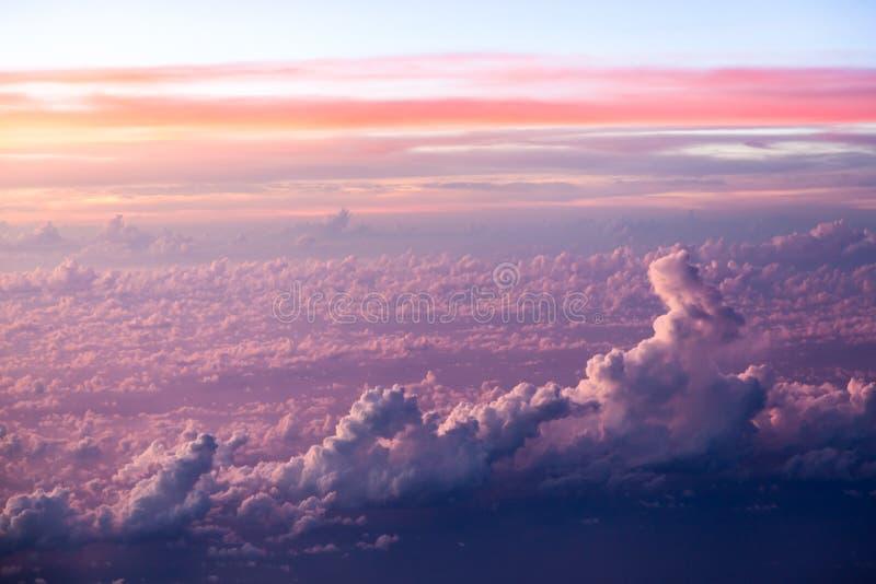 Formações da nuvem e do céu vistas do plano fotos de stock
