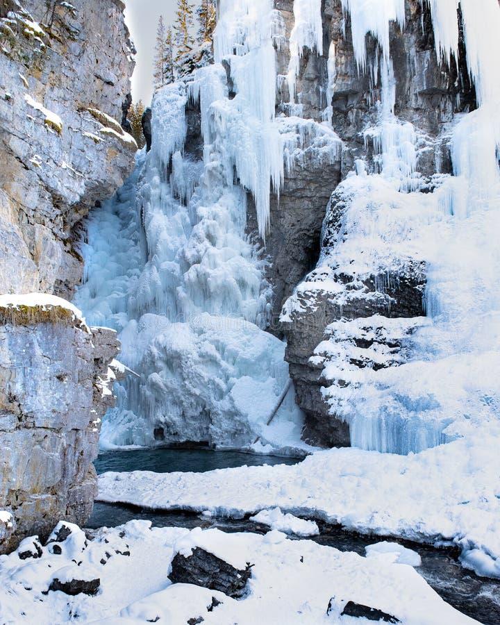 Formações de gelo do inverno de Johnston Canyon, parque nacional de Banff, Canadá imagens de stock royalty free