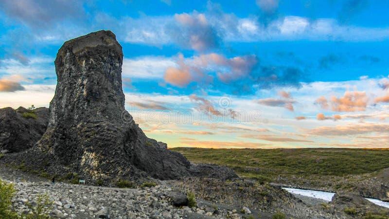 Formações de rocha Columnar do basalto e rio, tempo do por do sol do durig de Vesturdalur, Asbyrgi, Islândia do norte fotos de stock