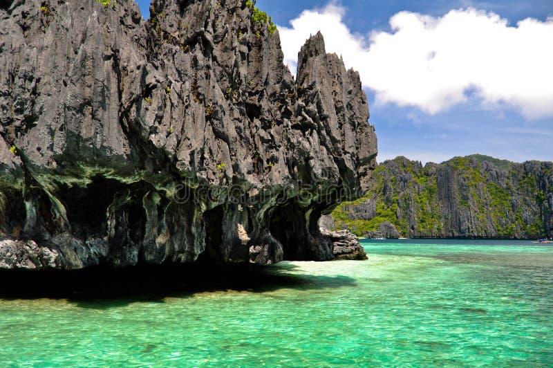 Formações de rocha do cársico na lagoa azul foto de stock royalty free