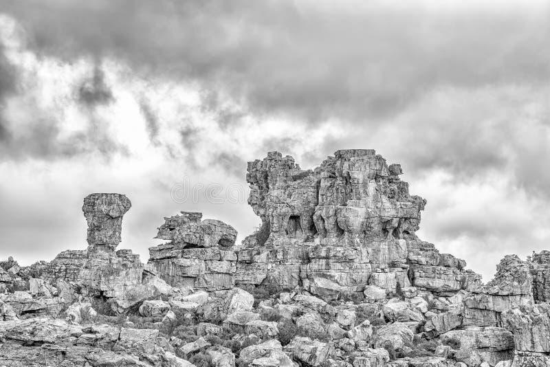 Formações de rocha em Truitjieskraal nas montanhas de Cederberg monocromático fotografia de stock