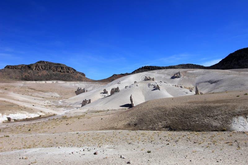 Formações de rocha estranhas no vale da lua das montanhas andinas fotos de stock