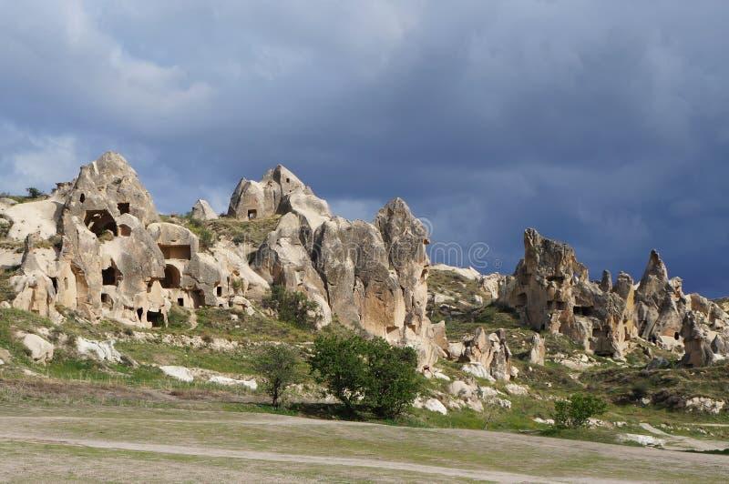 Formações de rocha feericamente fantásticas da chaminé com muitas igrejas cristãs da caverna em um vale perto de Goreme Dia de mo imagens de stock