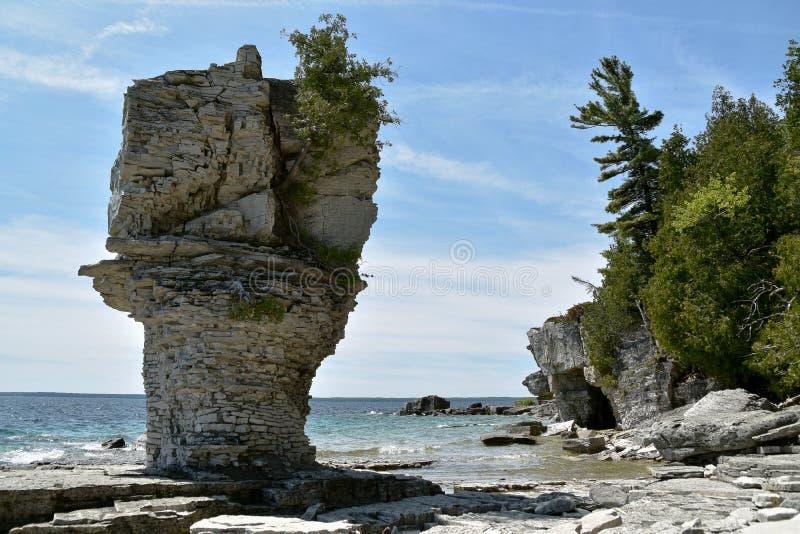 Formações de rocha na costa imagens de stock royalty free