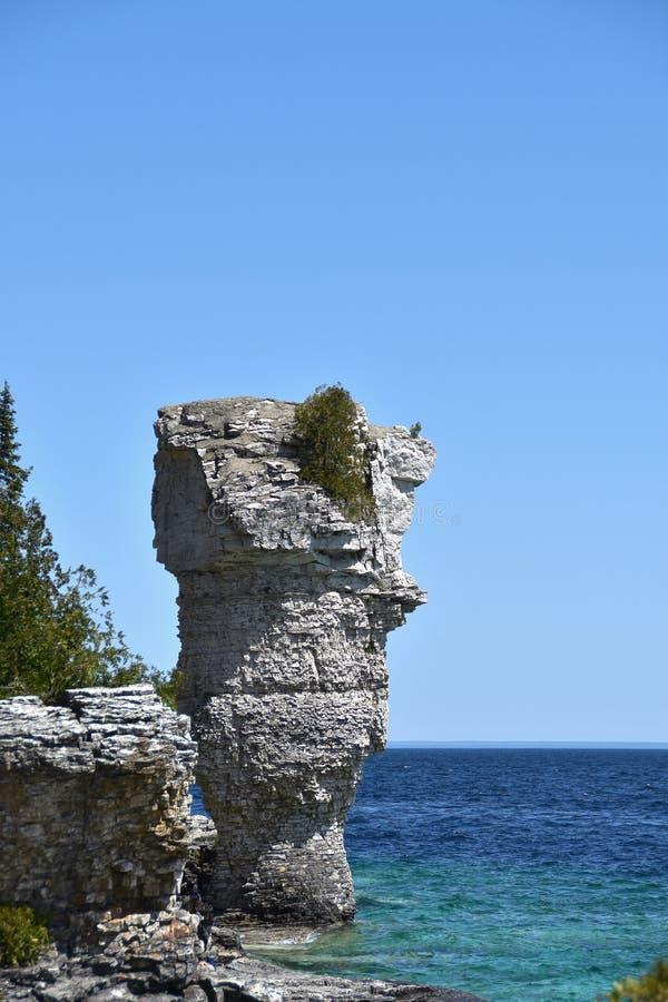 Formações de rocha na costa fotos de stock
