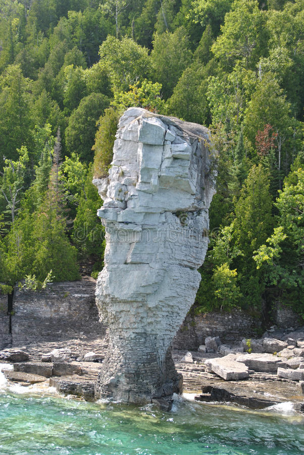 Formações de rocha na costa, ilha do vaso de flores fotos de stock