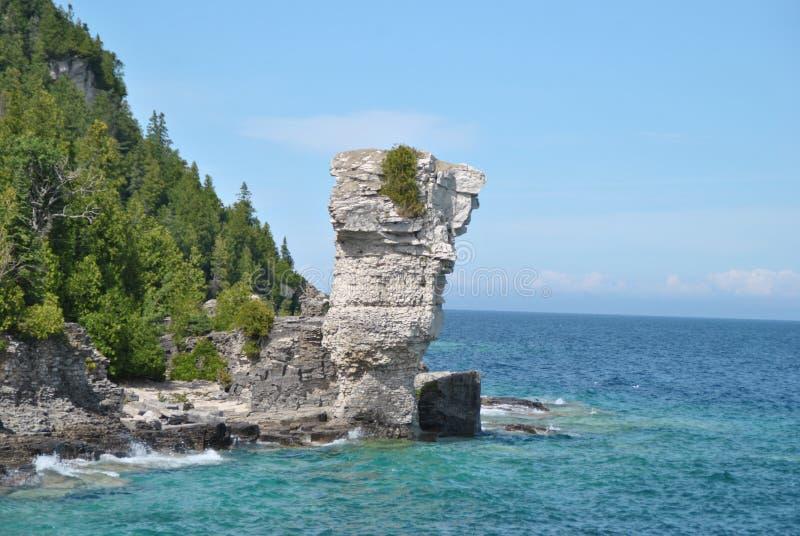 Formações de rocha na costa, ilha do vaso de flores foto de stock