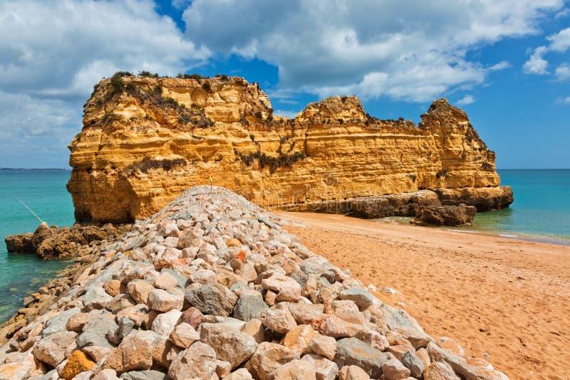 Formações de rocha na praia bonita do Praia Dona Ana, Lagos, Portuga imagem de stock royalty free