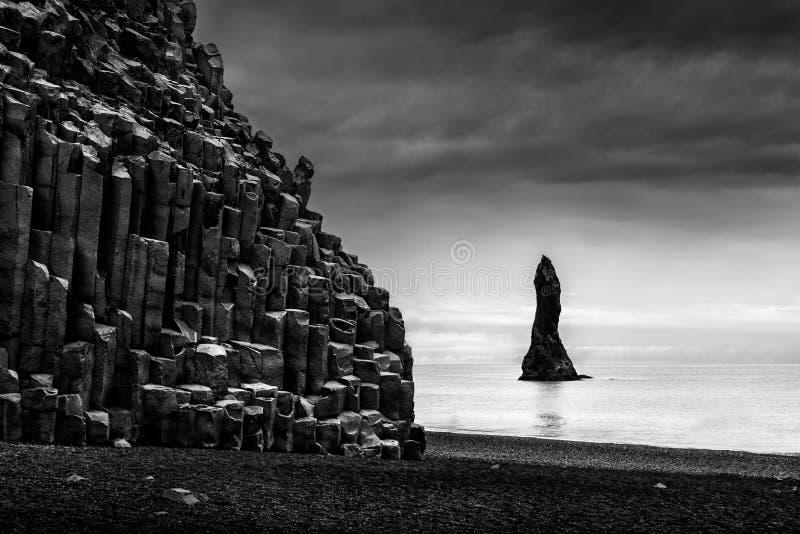 Formações de rocha na praia & no Reynisdrangar de Reynisfjara fotografia de stock