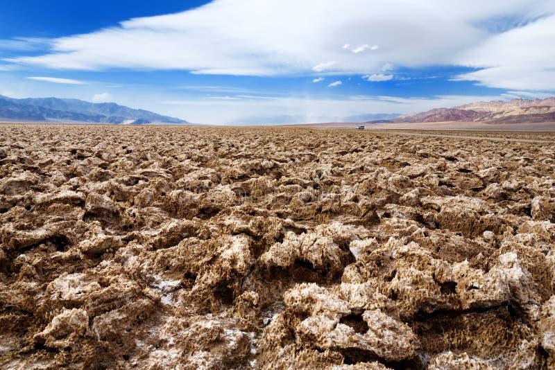 Formações impressionantes de sal no campo de golfe dos diabos no parque nacional de Vale da Morte, Califórnia fotografia de stock
