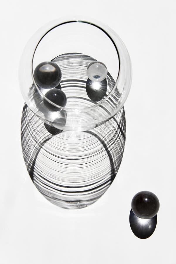 Forma abstracta de bolas de cristal y bol de vidrio y sus reflexiones imagen de archivo