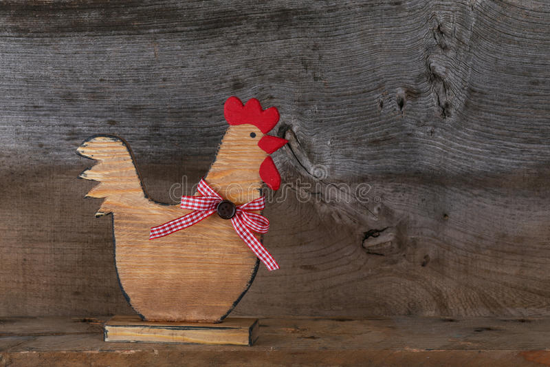 Forma agradable divertida de madera de la cocina de la cabaña del país del gallo del pollo imagen de archivo