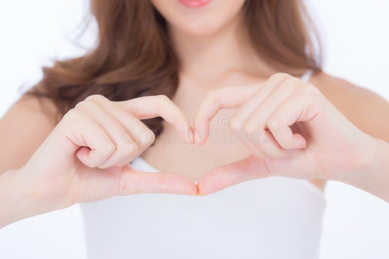 Forma asiática hermosa del corazón de la demostración de la mujer con la mano, modelo de la muchacha del retrato aislado fotos de archivo