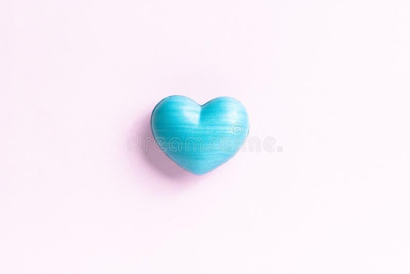 Forma azul del corazón sobre la tabla de color claro Concepto de amor, romanc imagen de archivo
