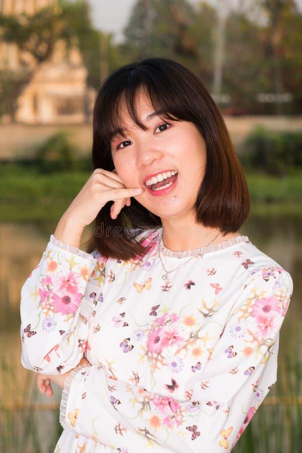 A forma bonita da moça aprecia o sorriso do retrato da vida fotografia de stock