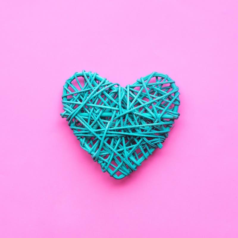 Forma colorida del corazón diy en fondo rosado amor, tarjeta del día de San Valentín imagen de archivo libre de regalías