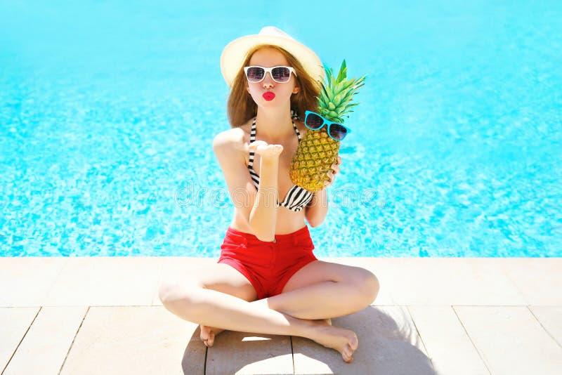 Forma, conceito das férias de verão - a mulher com abacaxi envia um beijo do ar foto de stock royalty free