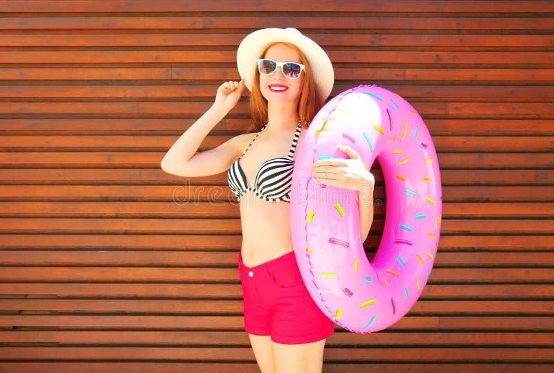 Forma, conceito das férias de verão - mulher de sorriso bonita com anel inflável fotografia de stock royalty free