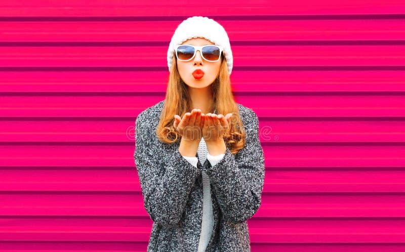 Forma, conceito do dia de Valentim - a mulher bonita que funde os bordos vermelhos envia um beijo do ar imagens de stock
