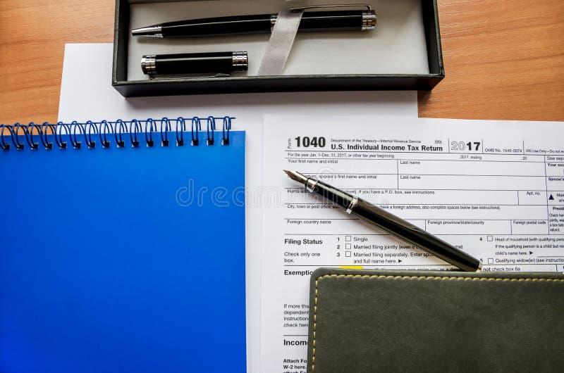 forma, cuadernos y plumas de impuesto 1040 fotos de archivo