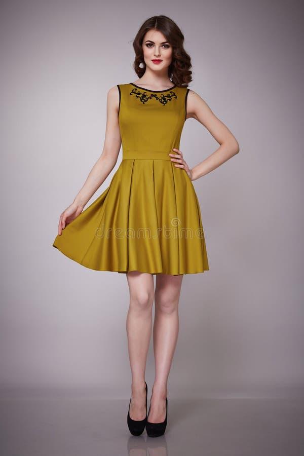 A forma da beleza veste a morena ocasional do modelo da mulher da coleção foto de stock royalty free