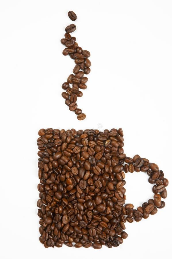Forma da caneca feita dos feijões de café fotos de stock royalty free