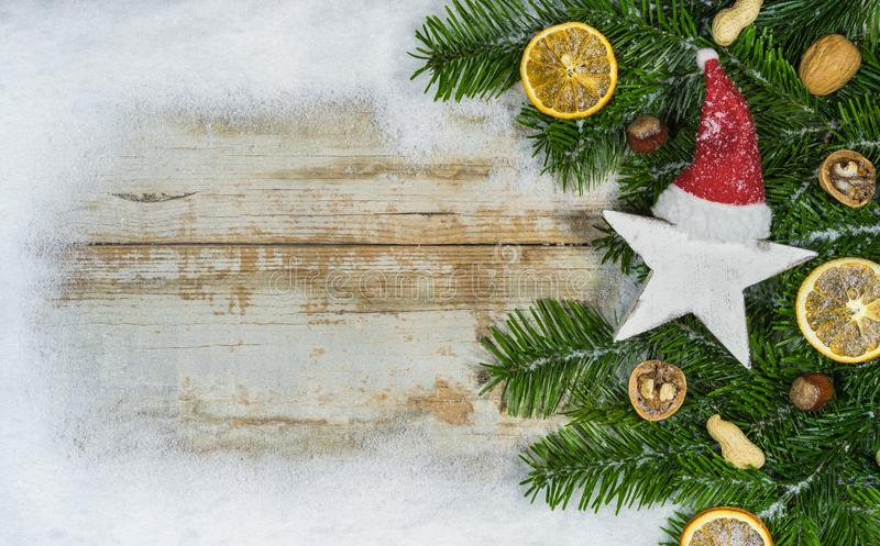 Forma da estrela do Natal com tampão de Papai Noel, decorações e beira da neve imagens de stock