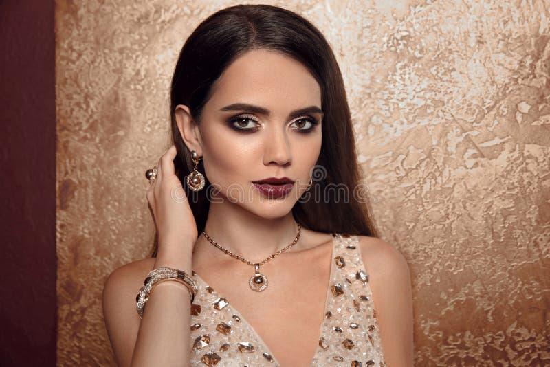 Forma da joia Mulher em joias luxuosas Encanto Wi modelo fêmea foto de stock