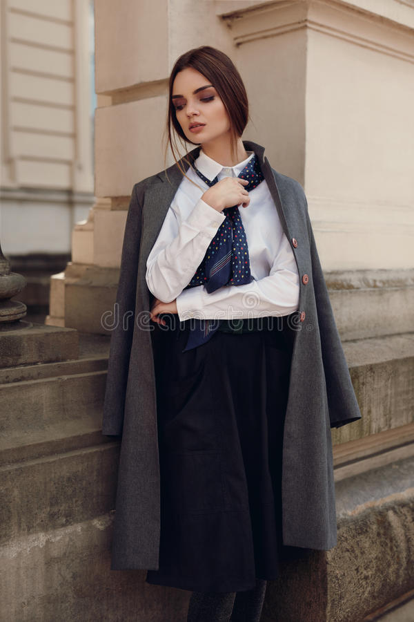 Forma da queda da mulher In Fashion Clothes modelo bonito na rua imagem de stock