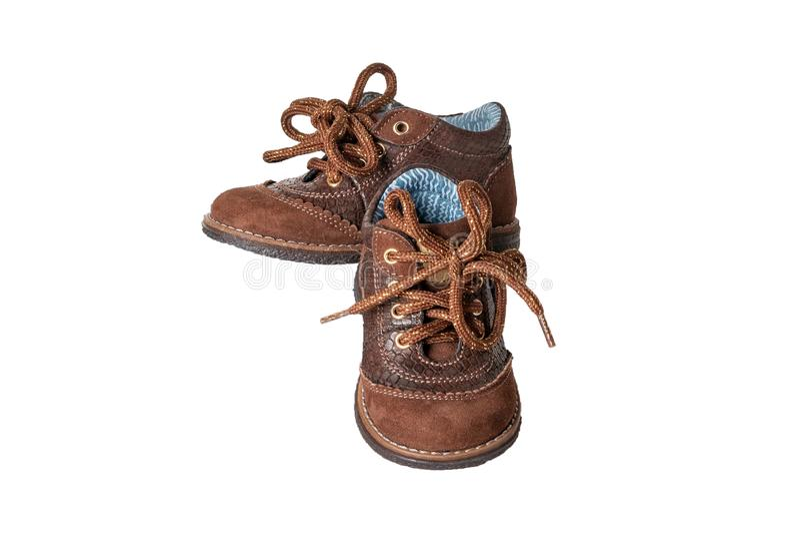 Forma da sapata da criança Um par de sapatas de couro marrons elegantes com laços para os rapazes pequenos isolados sobre o fundo imagens de stock royalty free