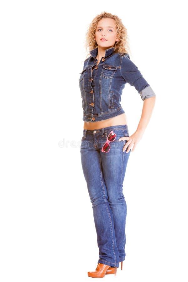 Forma da sarja de Nimes. Menina loura do comprimento completo na calças de ganga imagens de stock royalty free