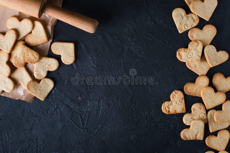 Forma das cookies do coração na tabela do blak imagens de stock