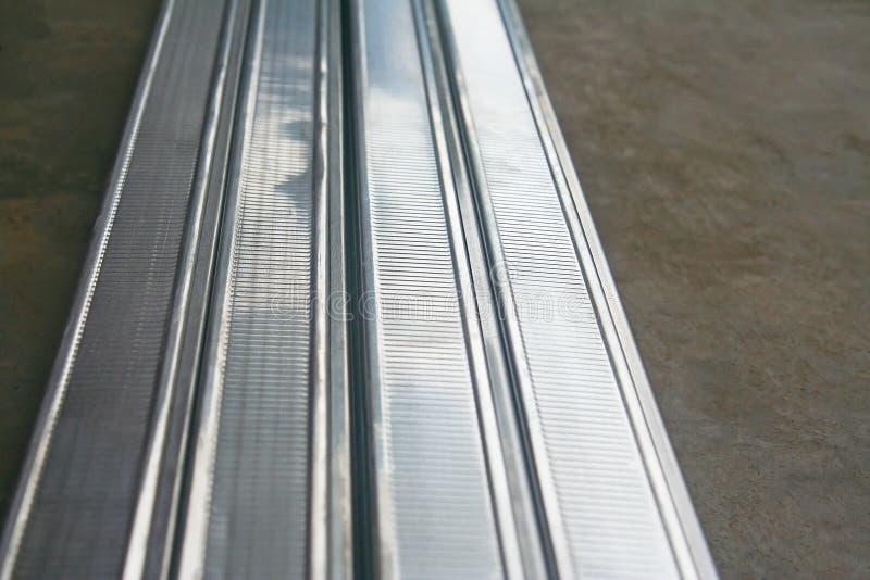 A forma de alumínio do retângulo com cavidade é pilhas no assoalho concreto prepare para fazem o teto imagens de stock