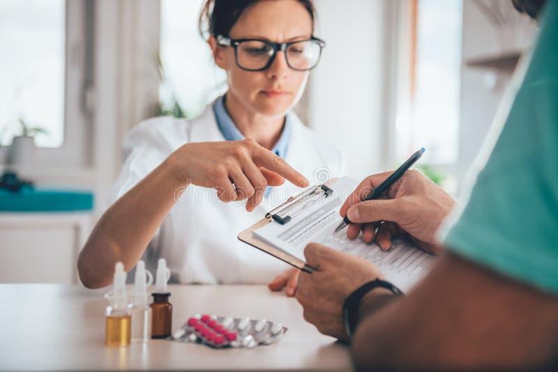 Forma de demanda paciente del seguro médico de la limadura foto de archivo